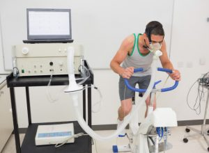 homme-faisant-tests-fitness-velo-exercice_13339-267754